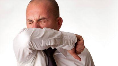 Gezocht: oudere man die met opzet in gezicht van jong koppel hoestte