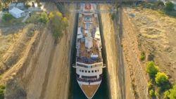 Gigantisch cruiseschip wurmt zich als grootste schip ooit door Kanaal van Korinthe