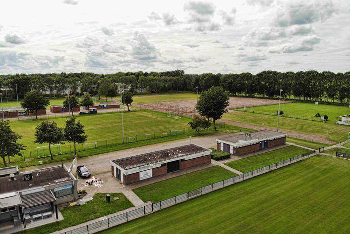 Sportcomplex Overvecht-Noord, met ucs EDO op de voorgrond. Op het braakliggende stuk moet  een trainingsplek voor FC Utrecht komen. Uiterst rechts ligt het veld dat EDO moet gaan delen met een hondenclub.