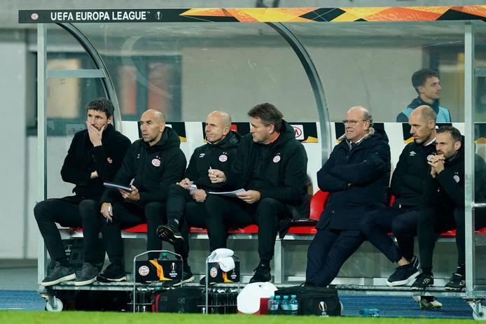 De bank van PSV met links Mark van Bommel, die zijn eerste 'crisis' als trainer beleeft