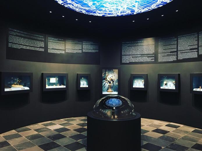 Une partie de la collection Elskamp du Musée de la vie wallonne, composée notamment d'astrolabes, de cadrans solaires, d'instruments de topographie, de météorologie et de navigation datant du XIVe au XIXe siècle.