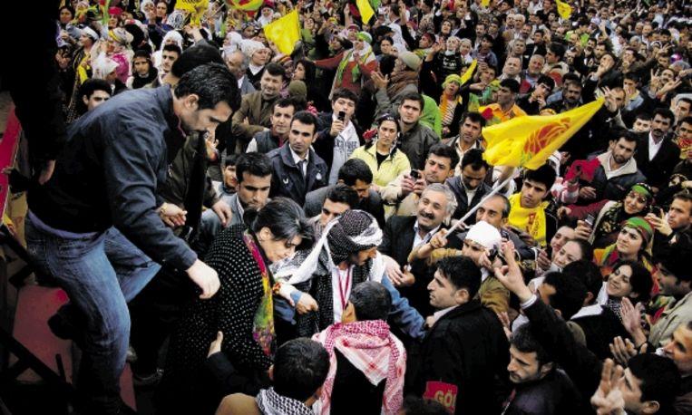 Leyla Zana stapt in april van een podium af, nadat ze duizenden aanhangers van de PKK heeft toegesproken. ( FOTO DAIMON XANTHOPOULOS) Beeld Daimon Xanthopoulos