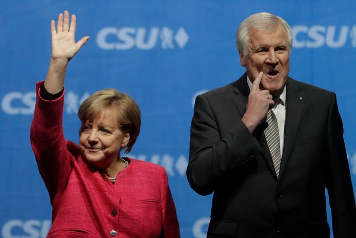 Merkel en Seehofer samen in betere tijden, tijdens een verkiezingsbijeenkomst vorig jaar.