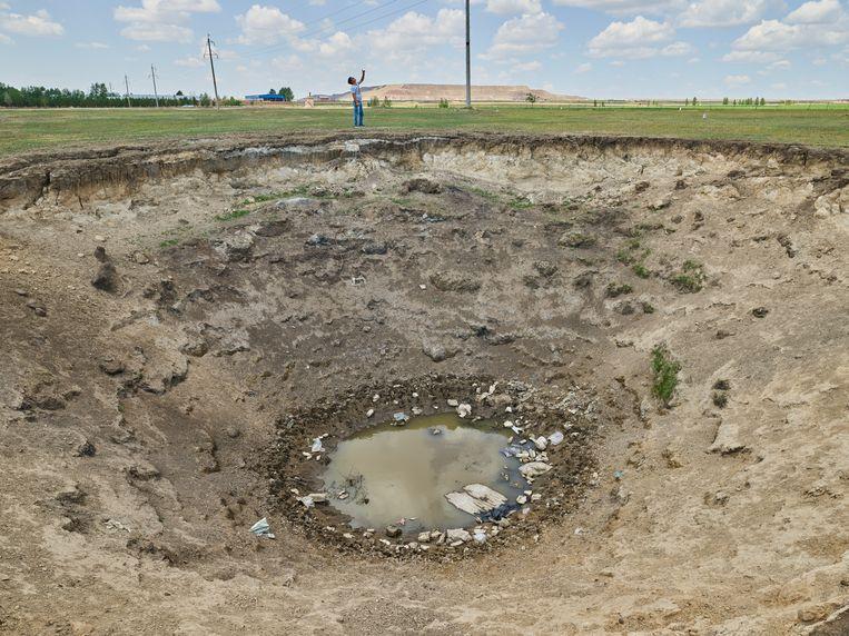 Een verzakkingskrater als getuige van het destructieve effect van kolenmijnbouw op het landschap in de provincie Binnen-Mongolië. Beeld null