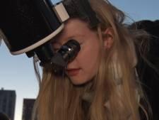 Rotterdammer nodigt voorbijgangers uit om naar de maan te kijken: 'Iedereen is superenthousiast'