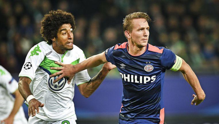 Luuk de Jong van PSV duwt Dante van zich af in de eerste confrontatie met Wolfsburg, twee weken geleden. PSV verloor met 2-0. Beeld Guus Dubbelman