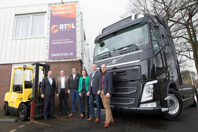 RIJSSEN - Het bestuur bij de lancering van de mbo-opleiding Transport en Logistiek in Rijssen.