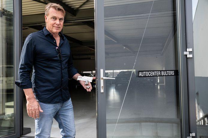 Arno Cup joeg als eigenaar van het pand van voormalig autobedrijven Bulters en later Mulders aan de Nieuwe Dukenburgseweg eind 2018 krakers uit zijn pand. Een filmpje van die aanvaring gaat nu ineens viraal op Dumpert.