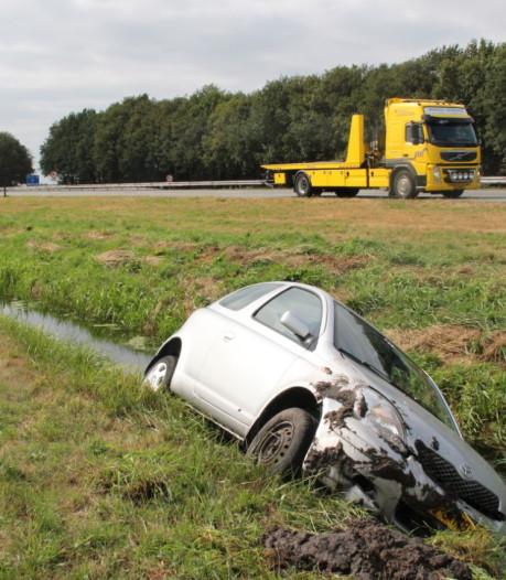 Auto raakt van de A1 bij Bathmen en eindigt in sloot