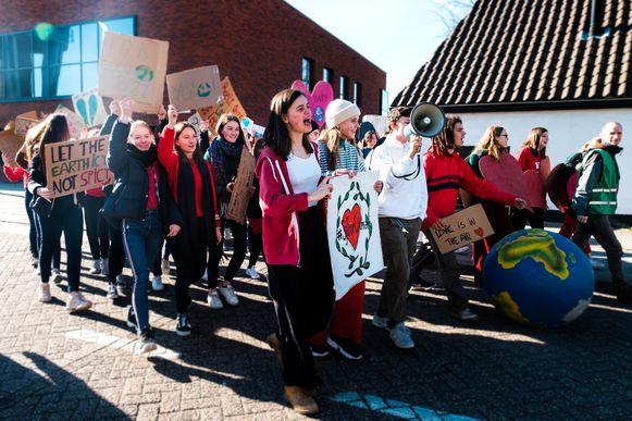De leerlingen van het Sint Jozefinstituut houden een wandeling voor het klimaat, waarna zij met een delegatie worden ontvangen op het gemeentehuis.
