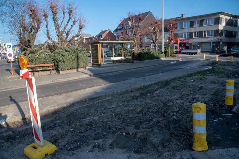 De gemeente gaat de vroegere bushalte aan het Felix Beernaertsplein invullen met groen en de halte afbreken zodat het plein groter wordt.