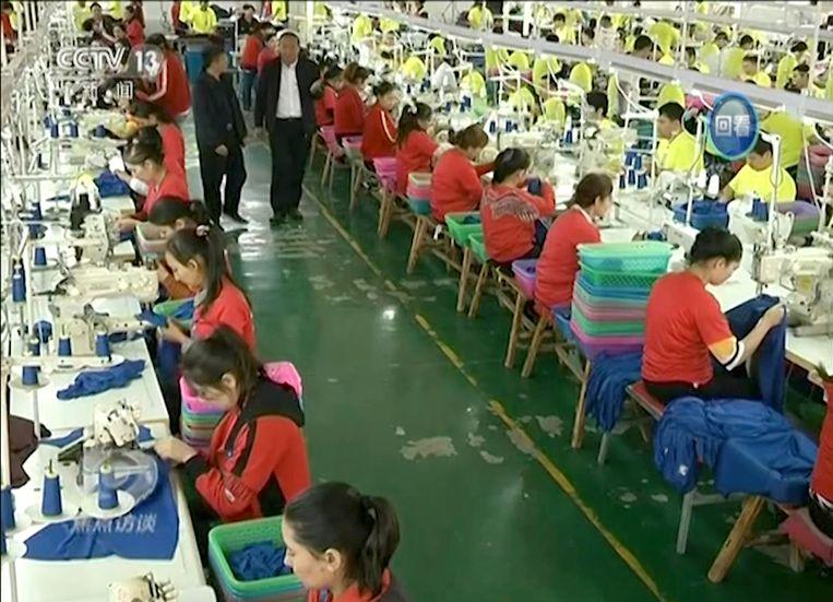 Videobeelden van Chinese publieke omroep CCTV  in een kledingfabriek in het Hotan Centrum voor Beroepsonderwijs in Hotan, Xinjiang.  Beeld AP
