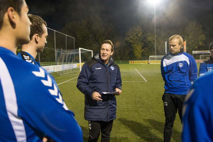 Trainer Peter Epe (m) neemt het zaterdag met Zeewolde op tegen Zwart-Wit'63, de club uit zijn woonplaats Harderwijk.