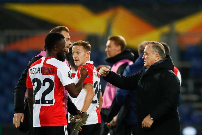 Dick Advocaat feliciteert zijn spelers na de 3-0 gewonnen wedstrijd in De Kuip.