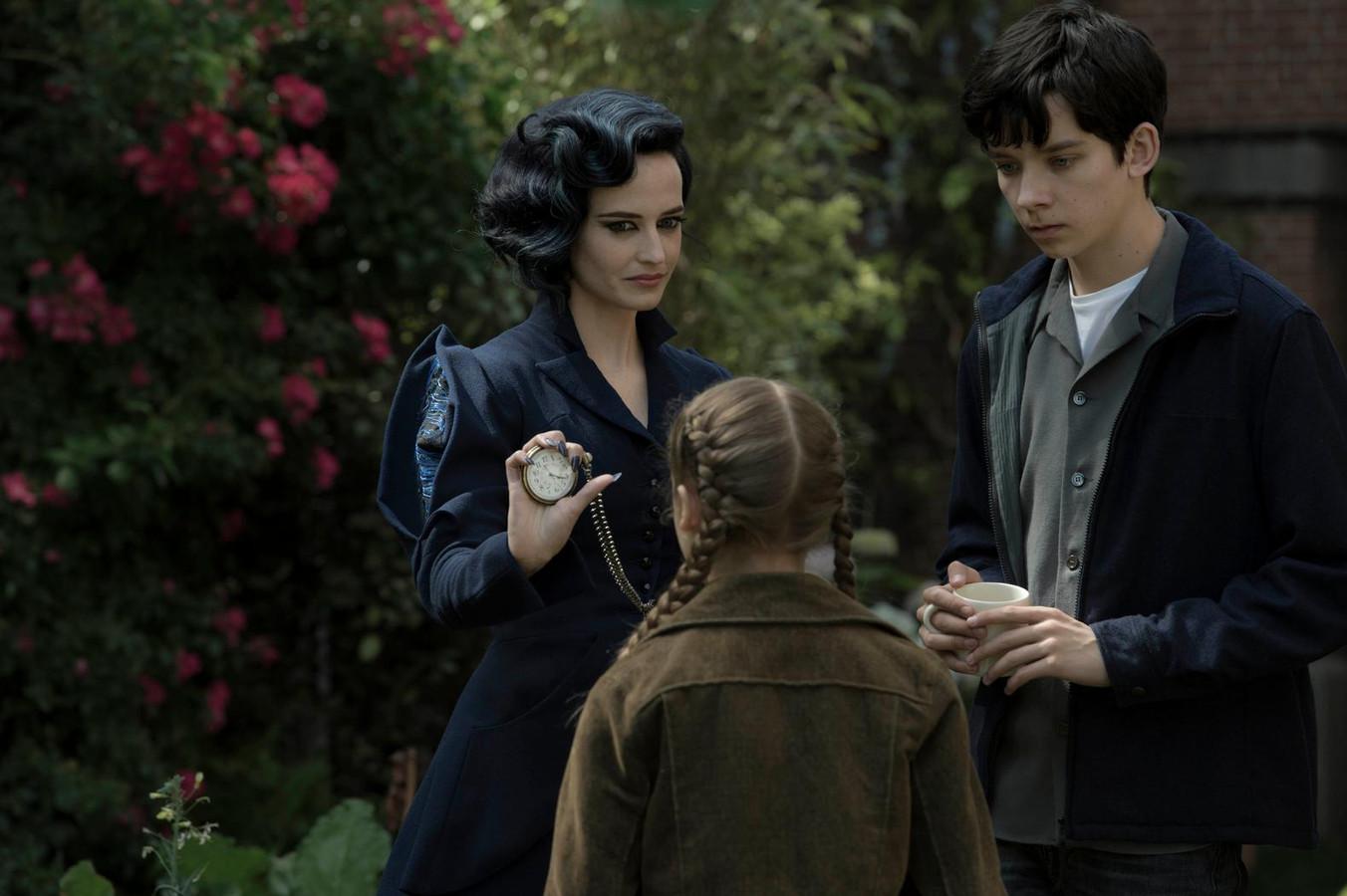 Miss Peregrine (Eva Green) toont een van haar vele talenten aan Jake en Fiona.