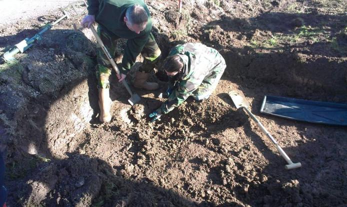 Medewerkers van Bodac zijn met explosievenonderzoek bezig in park Lingezegen. foto: Kristel Kleinhesselink