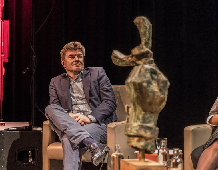 Cultuurminister Sven Gatz (Open Vld) krijgt de hand van het beeld te zien, maar mag ze niet mee naar huis nemen.