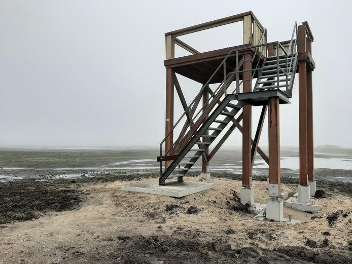 De vernielde uitkijktoren. Alleen rechtsboven zitten nog een paar planken om de bezoeker veilig te laten staan.