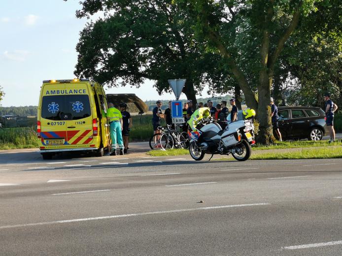 De wielrenner kon niet op tijd remmen voor de personenauto.