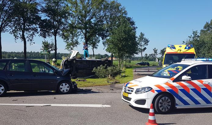 Hulpverleners in de weer na een ongeval bij Arriën, gemeente Ommen.