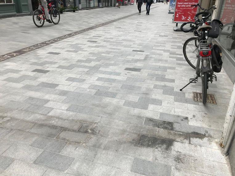 De straat vertoont hier en daar al hardnekkige vuile vlekken.