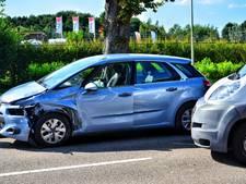 Auto en busje botsen in Roosendaal