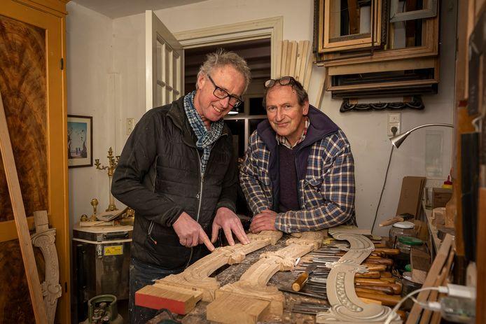 Vincent Krans (geruite jas) en Willem Koopman werken aan de restauratie van een trap in een monumentaal pand aan de Amsterdamse Keizersgracht.