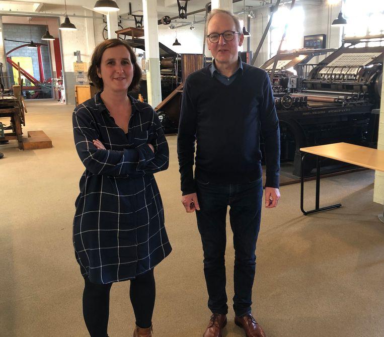 Toekomstig directeur Elke Grommen en afscheidnemend directeur  Filip Cremers in de zaal met drukpersen.