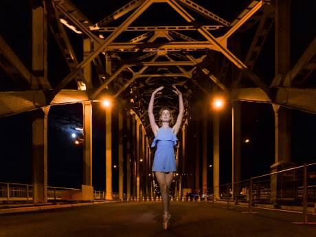 Betoverend beeld: ballerina op spitzen op de bejaarde brug