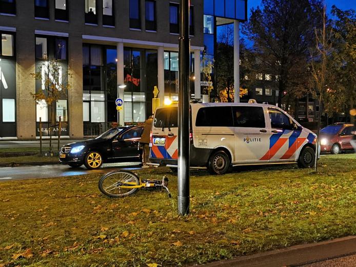 De betrokken Mercedes liep flinke schade op aan de voorruit. De OV-fiets lag na het ongeval in de middenberm.