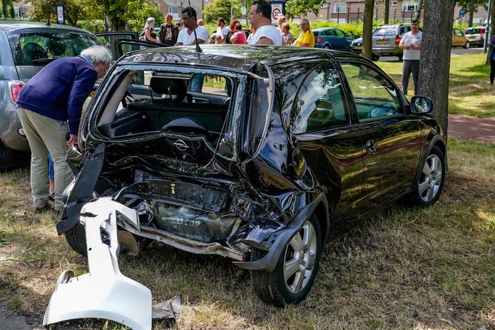Ongeluk met drie auto's op de Beneluxweg in Oosterhout.