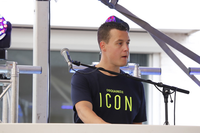 dj Joost Jansen tijdens het Vierdaagsefeest in Cuijk.