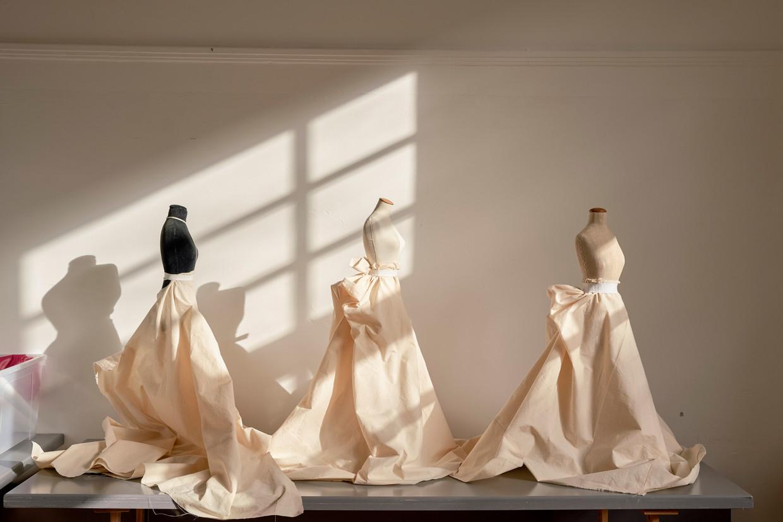 Bustes met proefmodellen van jurken. Beeld Jordi Huisman