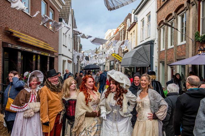 Meisjes van plezier in de Weerstraat in Tiel tijdens het Dickensfestival.