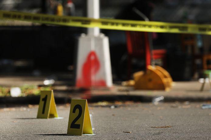 De plaats van een schietpartij waarbij een kind van een jaar omkwam, is gemarkeerd door de politie.