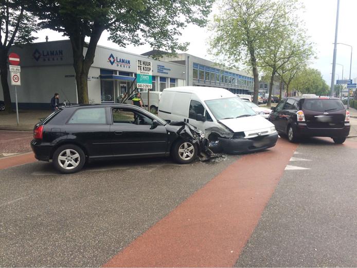 Twee bestuurders zijn donderdagmiddag rond 13.10 uur met hun auto's tegen elkaar gebotst op de Hastelweg in Eindhoven.
