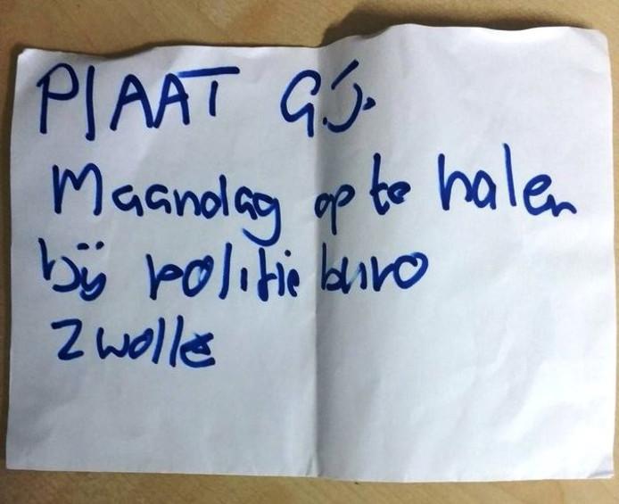 Het briefje dat de eigenaar van de auto met de verwijderde kentekenplaten achter zijn ruit vond. Foto: Miranda Nibourg/Politie.nl