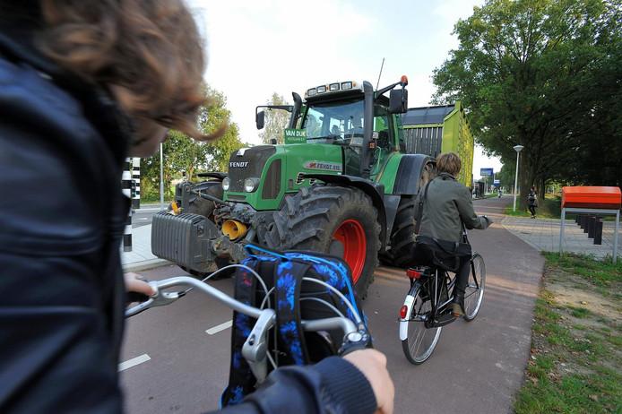Fietsers en landbouwvoertuigen, het kan een lastige combinatie op de weg zijn.