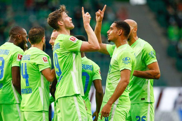 Wout Weghorst wint met VfL Wolfsburg van Arminia Bielefeld.