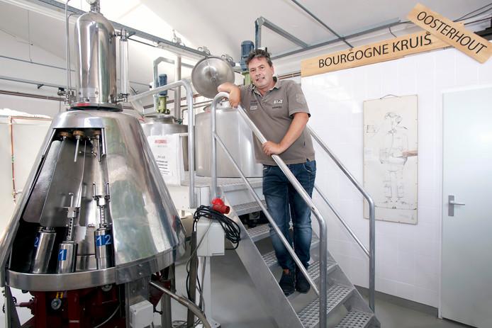 Paul Thuring bij de bottelmachine. ,,Bier is bijzonder gevoelig voor infectie.''