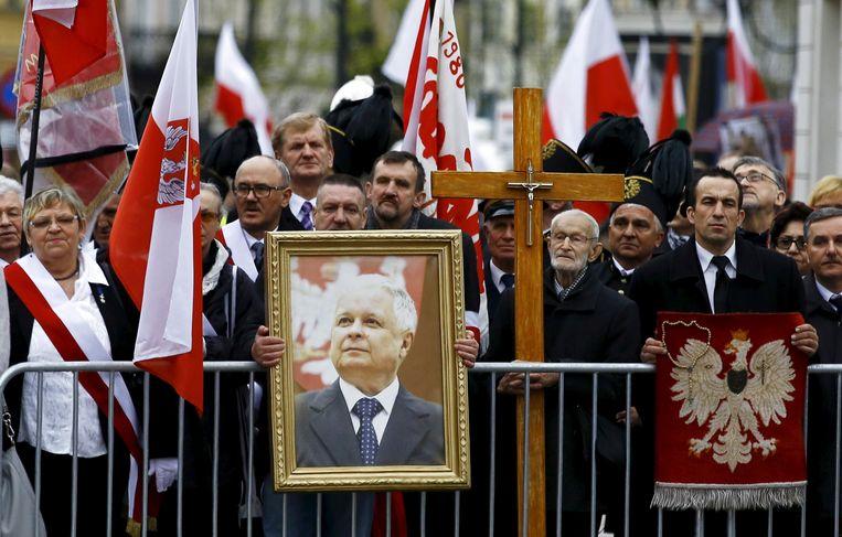 Vorig jaar werd bij de herdenking van de vliegramp een groot portret van Lech Kaczynski meegedragen. Beeld REUTERS