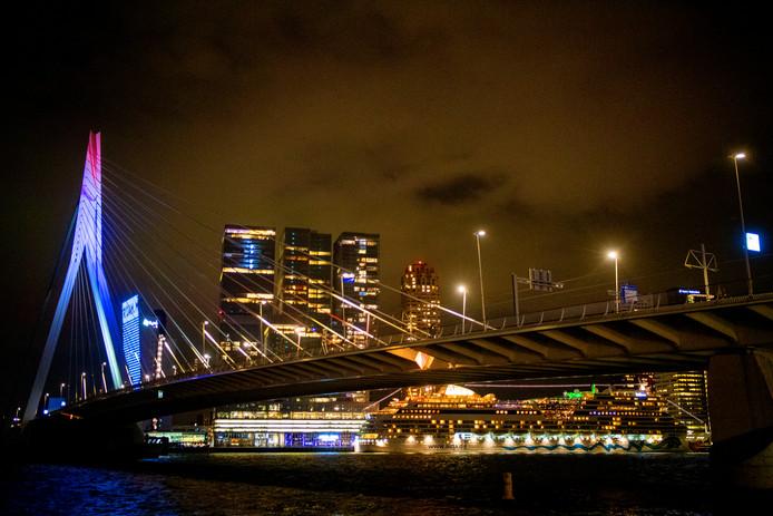 De Erasmusbrug werd verlicht na de bekendmaking van het thema Open Up.