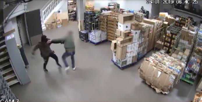 De worsteling met de overvaller in het magazijn van de supermarkt in Culemborg op camerabeeld.