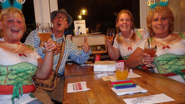 Loes Betlem (huisvrouw) en Gert Simons, Daniëlle van Dam en Marcia Simons (vlnr), sigarenverkopers, wonnen een citroentaart van Holtkamp, wegens originaliteit. Hulde Beeld Schuim