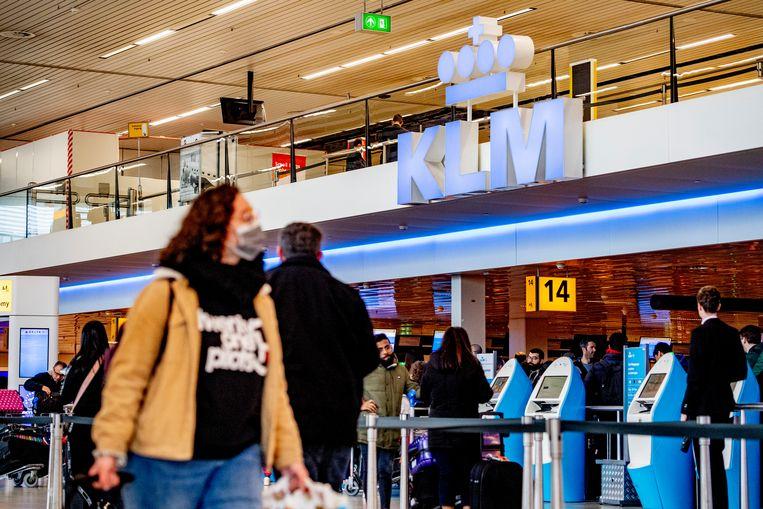 KLM stelt vanaf maandag het dragen van een mondkapje verplicht Beeld ANP