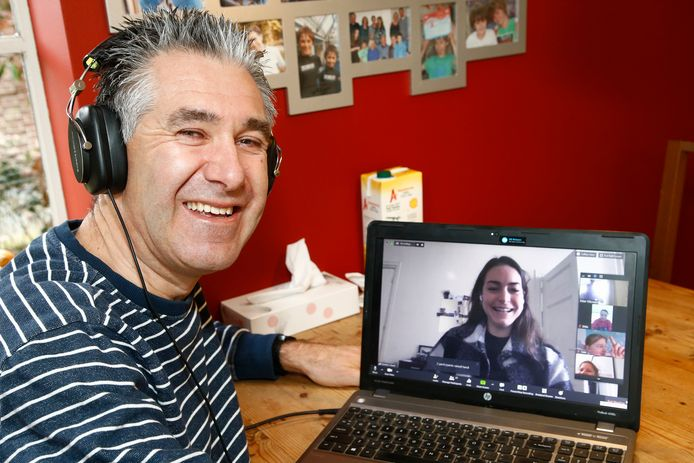 Baissischooldocent Peter Flikweert heeft contact met zijn klas via internet. Iedere week heeft hij een mysteryguest in de digitale klas. Vandaag is dat tophockeyster Eva de Goede (op beeldscherm).