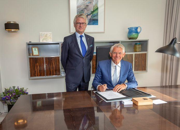 Commissaris van de Koning John Berends (links) en Toon van Asseldonk, die waarnemend burgemeester van Hattem wordt.