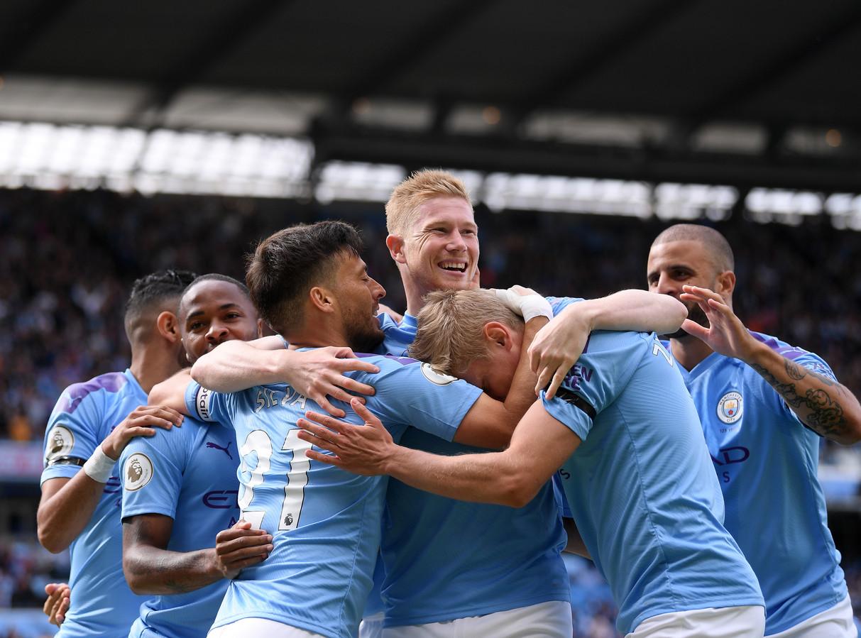 De spelers van Manchester City juichen na een goal tegen  Brighton.