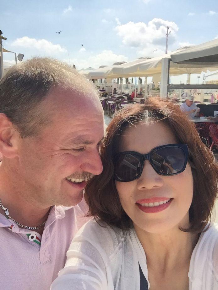 Ed en Hang tijdens de eerste ontmoeting in Scheveningen. ,,Voor haar ging die snor er wel af.''