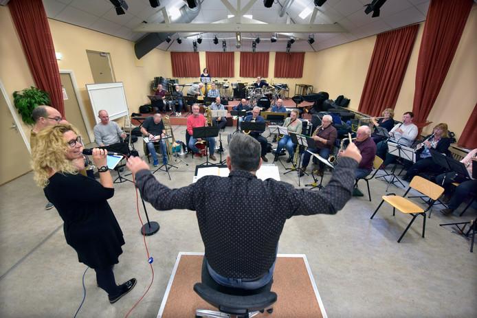 Het Nijmeegs Amusements Orkest repeteert.